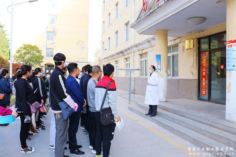 暖心!甘工院组织全体教职员工为学生清扫宿舍卫生